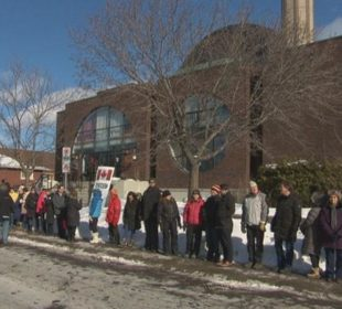 Canadians form human chain around mosque in show of solidarity with Muslims
