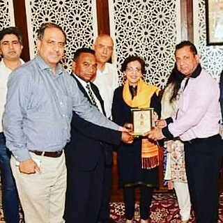 "President Diplomatic Correspondents Forum of Pakistan along with senior journalists are presenting ""Dipolmatic Media Excellence Award 2019"" to H.E.Ms.Tehmina Janjua on her extraordinary services as foreign secretary Government Islamic Republic of Pakistan for 35 years"
